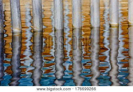 Textures of reflections in water with steel bars and their oscillating image