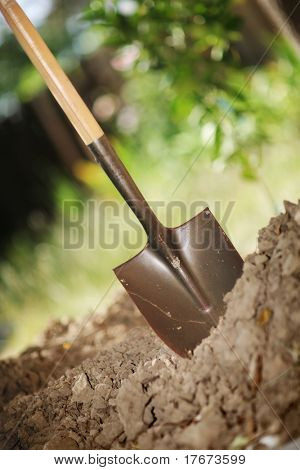 Graben Frühling Boden mit Schaufel. Nahaufnahme, shallow DOF.