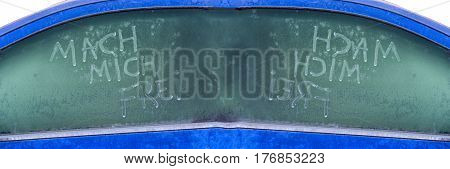 Frozen car window with a message text in German make me free.