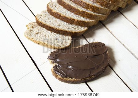Bread and chocolate, chocolate spread bread, bran sliced ​​bread and chocolate, wholemeal bread and chocolate.