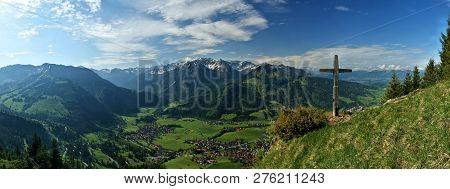 Ausblick Auf Das Fantastische Alpen Panorama. Im Vordergrund Ist Eine Saftig Grüne Alpen Wiese Mit G