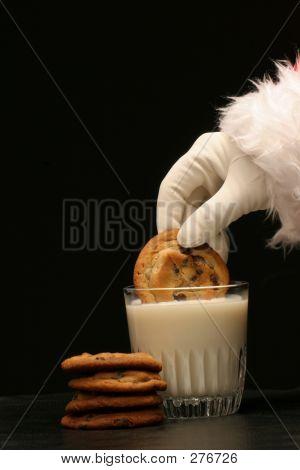 Santa plonge un Cookie dans le lait