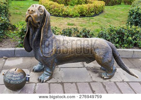 Kostroma, Russia-avgust 15: A Sculpture Of A Dog Of Breed A Basset Hound In Kostroma On August 15, 2