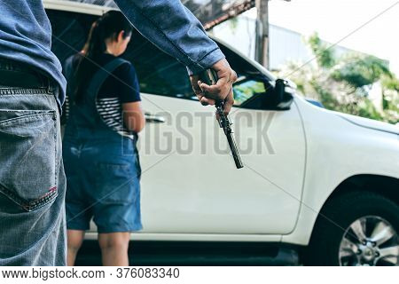 Men Are Going To Commit A Crime By Holding A Gun To Rob, Women Who Are About To Open The Car Door, T