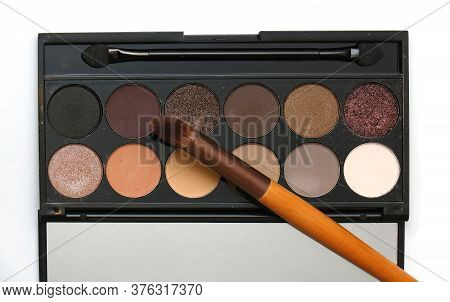 Neutral Colors Eyeshadows Make Up Palette In Circle Pans With Eyeshadow Brush