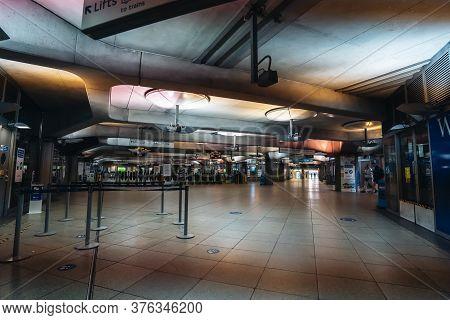 London / Uk - 07/11/2020: Empty Westminster Underground Tube Station On Saturday Evening