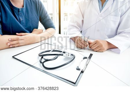 Female Doctors Who Treat Patients Make An Appointment To Listen To The Results After A Physical Exam