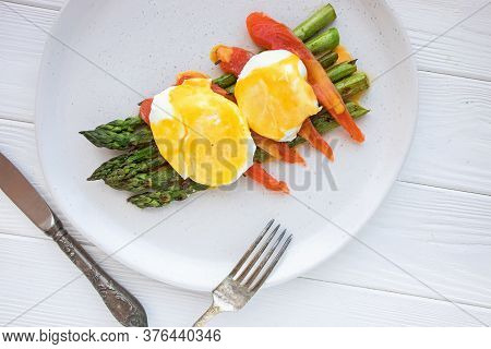 Poached Egg With Hollandaise Sauce Over Asparagus