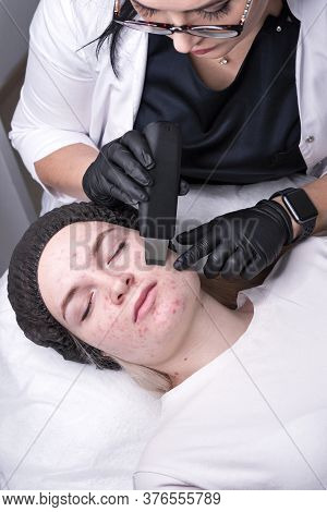 Hardware Cosmetology. Cosmetologist Does Moisturizing Conductive Gel And Conducts Ultrasonic Cleanin
