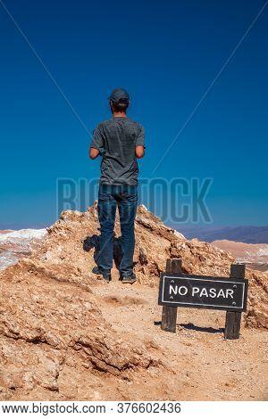 Unrecognizable Man Trespassing No-trespassing Signal In Spanish