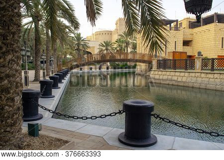 Dubai / Uae - July 3, 2020: Beautiful Madinat Jumeirah Water Channel With Wooden Bridge And Palms Du