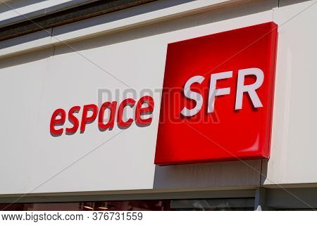 Bordeaux , Aquitaine / France - 07 07 2020 : Espace Sfr Logo Sign Text On Store French Phone Operato