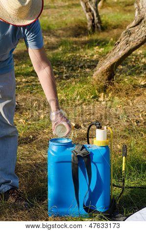 Arbeiten mit Schädlingsbekämpfungsmitteln