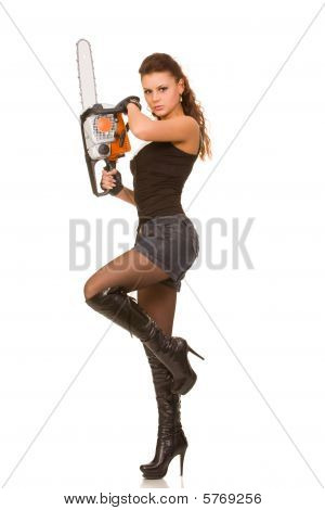 Mujer con motosierra