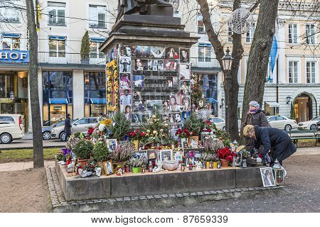People Remember Michael Jackson With Cards And Letters At The Statue Of Orlando Di Lasso
