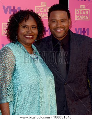 LOS ANGELES - MAY 6:  Doris Hancox Bowman, Anthony Anderson at the VH1`s 2nd Annual Dear Mama: An Event To Honor Moms on the Huntington Library on May 6, 2017 in Pasadena, CA