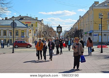 Tver, russia - may. 07.2017. People walk along the pedestrian Trekhsvyatskaya street in the center of the city