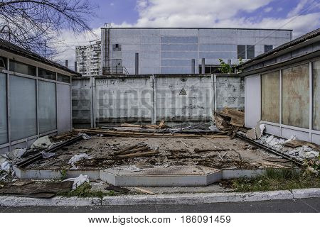 The site after dismantling of the stall with a concrete fence in the background.