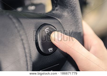 Buttons On The Steering Wheel To Accept Or Reject Calls