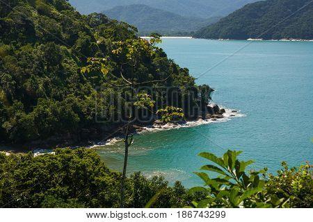 Praia brasileira com mar azul e montanhas