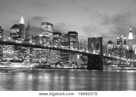 Puente de Brooklyn y Manhattan horizonte en la noche, Nueva York
