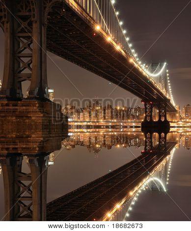 Нью-Йорк на фоне линии горизонта и Манхэттенский мост ночью