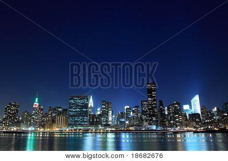 Skyline de la ciudad de Nueva York en luces de la noche, Midtown Manhattan