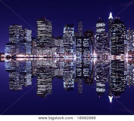 Skyline de la ciudad de Nueva York a la luz de la noche, bajo Manhattan