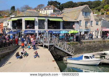 Padstow, Cornwall, Uk - April 6Th 2017: Tourists, Vacationers And Holiday Makers Eating Lunch And En