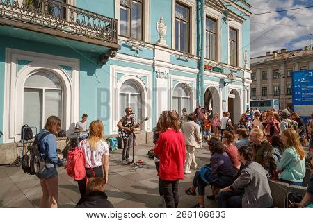 Saint-petersburg, Russia, May 30, 2018: Musicians Sing Songs On The Street In Front Of A Crowd Of Pa
