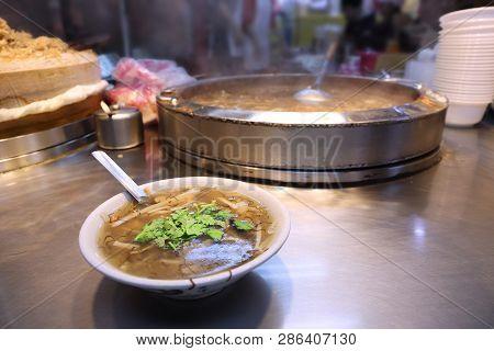 Taiwan Night Food Market - Miaokou Night Market In Keelung. Crab Soup.