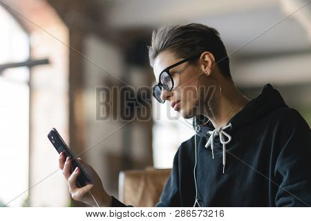 Shortcut Hipster Girl Wearing Glasses Listening Her Favorite Music While Studying At The Cafe