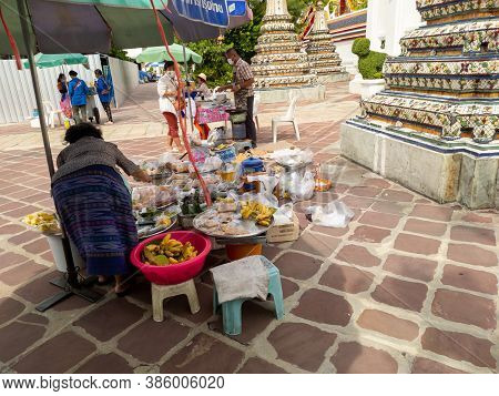 Bangkok  Thailand-17 September 2020:wat Phra Chetuphon (wat Pho),people Are Performing Religious  Im