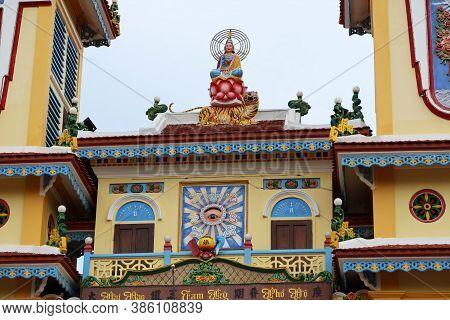 Hoi An, Vietnam, September 20, 2020: Sculpture On The Roof Of The Cao Dai Taoist Temple. Hoi An, Vie