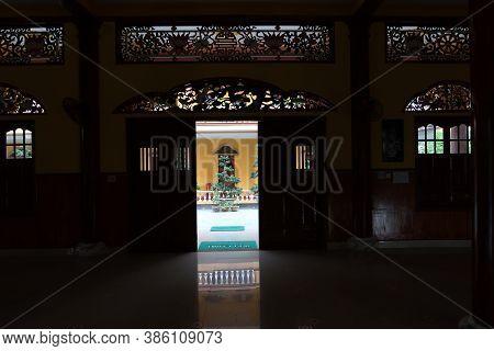Hoi An, Vietnam, September 20, 2020: Door Seen From Inside The Main Hall Of Tinh Xá Ngoc Cam Temple.