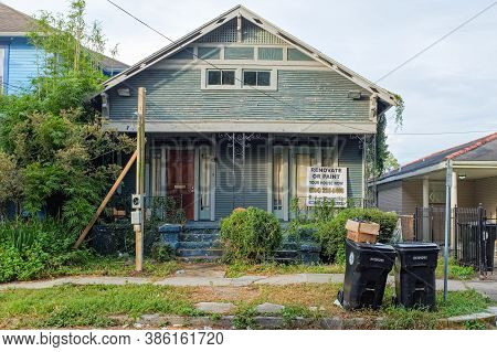New Orleans, Louisiana/usa - 9/11/2020: House In Need Of Repair And Paint Job In Uptown Neighborhood