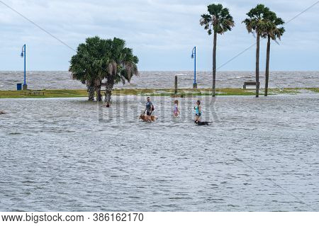 New Orleans, Louisiana/usa - 9/15/2020: Woman, Man And Girl Wading Through Flooded Lakeshore Drive W