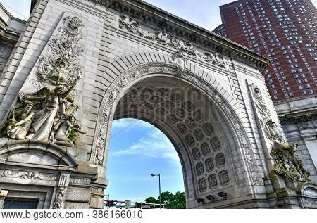 The Greek Revival Triumphal Arch And Colonnade At The Manhattan Entrance Of The Manhattan Bridge.