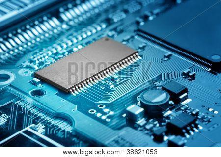primer plano de circuitos electrónicos con procesador