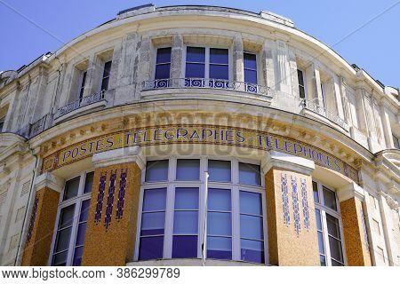 La Roche-sur-yon , Vendée / France - 09 20 2020 : Poste Text Sign Vintage Of Ancient Old Post Office