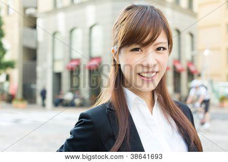 Hermosa empresaria caminar fuera de su oficina. Retrato de Asia.