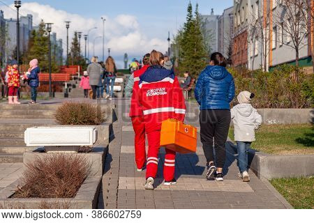 Russia Kemerovo 2019-05-21 Ambulance Team Of A Woman In A Red Uniform With An Orange Medicine Case I