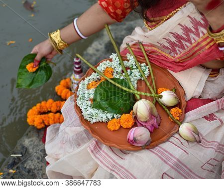 A Women Is Holding A Borondala (pooja Thali For Worshipping God) Of Religious Offering.