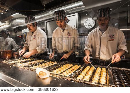 Tokyo, Japan - October 15, 2020 : Japanese Chefs Are Cooking Takoyaki In The Restaurant At Akihabara