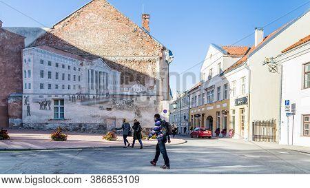 Tartu, Estonia - September 27, 2018: Historic Image Of The University Building Of Tartu Ulikool Pain