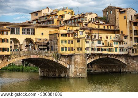 Florence, Italy - Aug 3, 2020: Ponte Vecchio (old Bridge) And The River Arno, Florence Downtown, Une