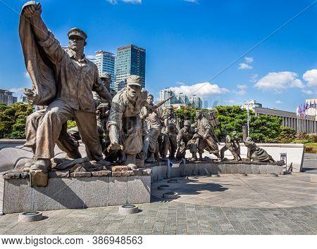 Seoul, South Korea - October 19th 2017: Statue Of South Korean War Soldiers At The War Memorial Of K