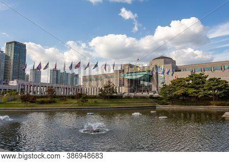 Seoul, South Korea - October 19th 2017: Lake And Fountain At The War Memorial Of Korea Museum, Yongs