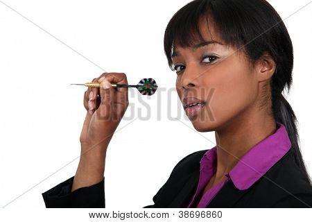 Geschäftsfrau, die einen Dart zu werfen