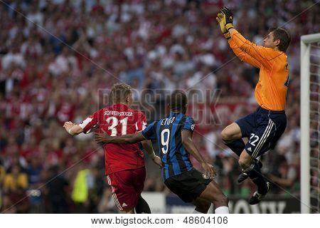 MADRID, SPAIN. 22/05/2010. Munich's Bastian Schweinsteiger  Milan's Samuel Eto and Munich's Hans-Jurg Butt in action during the  Champions League final played in The Santiago Bernabeu Stadium, Madrid.